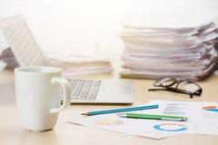 Lieu de travail de bureau avec du café, l'ordinateur portable et les approvisionnements Photo libre de droits
