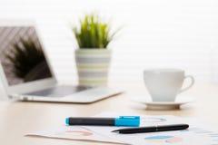 Lieu de travail de bureau avec du café, l'ordinateur portable et les approvisionnements Photos stock