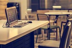 Lieu de travail de bureau avec l'ordinateur et le fond de local commercial Image stock