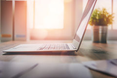 Lieu de travail de bureau avec l'ordinateur portable Photos libres de droits