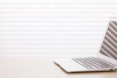 Lieu de travail de bureau avec l'ordinateur portable Images stock