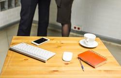 Lieu de travail de bureau avec l'ordinateur portable de clavier et le téléphone intelligent sur la table en bois Images libres de droits
