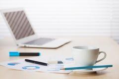 Lieu de travail de bureau avec l'ordinateur portable et le café Image libre de droits