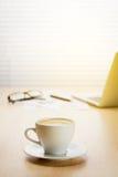 Lieu de travail de bureau avec l'ordinateur portable et le café Photo libre de droits