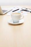 Lieu de travail de bureau avec l'ordinateur portable et le café Image stock