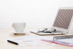 Lieu de travail de bureau avec l'ordinateur portable et le café Photographie stock libre de droits