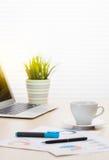 Lieu de travail de bureau avec l'ordinateur portable et le café Photo stock