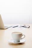 Lieu de travail de bureau avec l'ordinateur portable et le café Photos stock