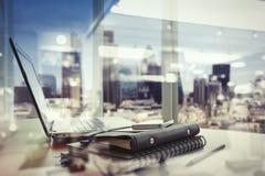 Lieu de travail de bureau avec l'ordinateur portable et le téléphone intelligent Photo stock