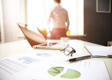 Lieu de travail de bureau avec l'ordinateur portable et le téléphone intelligent sur la table Images stock