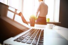 Lieu de travail de bureau avec l'ordinateur portable et le téléphone intelligent sur la table Image libre de droits