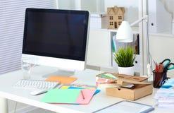 Lieu de travail de bureau avec l'ordinateur portable et le téléphone intelligent sur la table en bois Image libre de droits