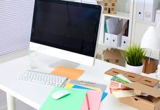 Lieu de travail de bureau avec l'ordinateur portable et le téléphone intelligent sur la table en bois Photographie stock