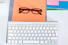 Lieu de travail de bureau avec l'ordinateur portable et le téléphone intelligent sur la table en bois Images stock