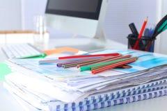 Lieu de travail de bureau avec l'ordinateur portable et le téléphone intelligent sur la table en bois Image stock