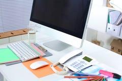 Lieu de travail de bureau avec l'ordinateur portable et le téléphone intelligent sur la table en bois Images libres de droits