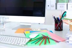 Lieu de travail de bureau avec l'ordinateur portable et le téléphone intelligent sur la table en bois Photos libres de droits