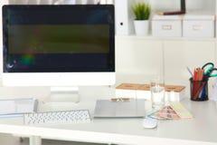 Lieu de travail de bureau avec l'ordinateur portable et le téléphone intelligent sur la table en bois Photo libre de droits