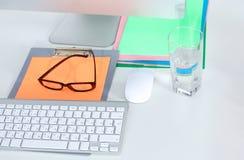 Lieu de travail de bureau avec l'ordinateur portable et le téléphone intelligent sur la table en bois Photo stock