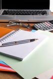 Lieu de travail de bureau avec l'ordinateur portable et le téléphone intelligent sur les tables en bois Photographie stock