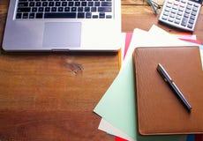Lieu de travail de bureau avec l'ordinateur portable et le téléphone intelligent sur les tables en bois Image libre de droits