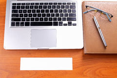Lieu de travail de bureau avec l'ordinateur portable et le téléphone intelligent sur les tables en bois Image stock