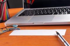 Lieu de travail de bureau avec l'ordinateur portable et le téléphone intelligent sur les tables en bois Photo libre de droits