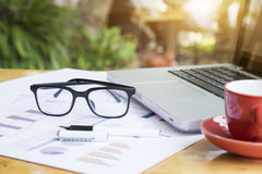Lieu de travail de bureau avec l'ordinateur portable et les verres Images stock