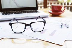 Lieu de travail de bureau avec l'ordinateur portable et les verres Image stock