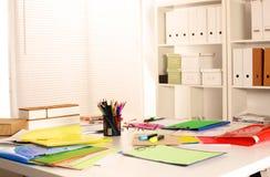 Lieu de travail de bureau avec l'ordinateur portable et les verres sur la table en bois Images stock