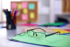 Lieu de travail de bureau avec l'ordinateur portable et les verres sur la table en bois Photographie stock
