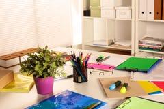Lieu de travail de bureau avec l'ordinateur portable et les verres sur la table en bois Photo libre de droits