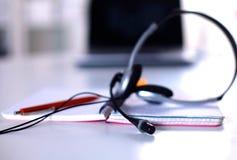 Lieu de travail de bureau avec l'ordinateur portable et les verres sur la table en bois Photographie stock libre de droits