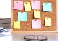 Lieu de travail de bureau avec l'ordinateur portable et les verres sur la table en bois Photo stock