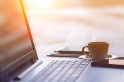 Lieu de travail de bureau avec l'ordinateur portable, le téléphone intelligent et la tasse de café Image libre de droits