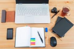 Lieu de travail de bureau avec l 39 ordinateur portable le - Bureau ordinateur en l ...