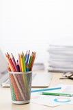 Lieu de travail de bureau avec l'ordinateur portable, les rapports et les crayons Image libre de droits