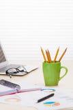 Lieu de travail de bureau avec l'ordinateur portable, les rapports et les crayons Photographie stock