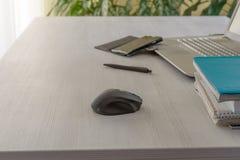 Lieu de travail de bureau avec l'ordinateur portable ouvert Photo stock