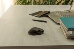 Lieu de travail de bureau avec l'ordinateur portable ouvert Photographie stock