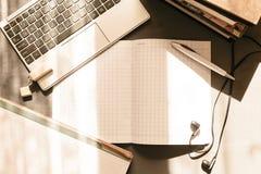 Lieu de travail de bureau avec l'ordinateur portable ouvert Images libres de droits