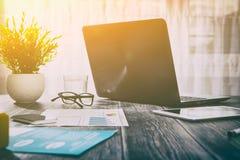 Lieu de travail de bureau avec l'ordinateur portable sur la table en bois Photographie stock libre de droits