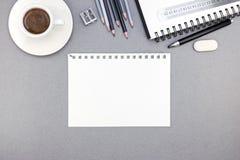 Lieu de travail de bureau avec la feuille, le bloc-notes, les crayons et le café de papier c Image libre de droits