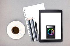 Lieu de travail de bureau avec la feuille, les crayons, le comprimé, le stylet et le c de papier Photos libres de droits