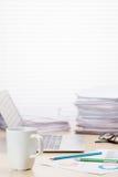 Lieu de travail de bureau avec la tasse, l'ordinateur portable et les approvisionnements de café Images libres de droits