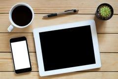 Lieu de travail de bureau avec le comprimé d'écran vide Image libre de droits