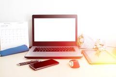 Lieu de travail de bureau avec le PC d'ordinateur portable et le téléphone intelligent sur la table en bois Photo stock