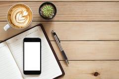 Lieu de travail de bureau avec le smartphone d'écran vide Photos libres de droits