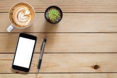 Lieu de travail de bureau avec le smartphone d'écran vide Image stock