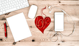 Lieu de travail de bureau avec les fournitures de bureau stationnaires et valentines Photos libres de droits